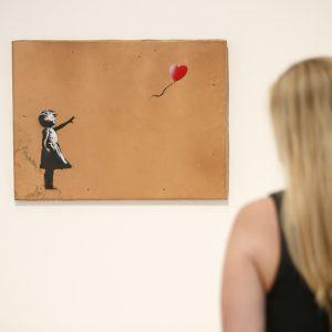 """Banksy-Werk """"Girl with Balloon"""" war 2018 in einer Ausstellung in London zu sehen"""