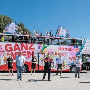 Michael Ludwig und Donauinselfest-Tour Mitarbeiter beim ersten Pop-up Konzert auf der Donauinsel