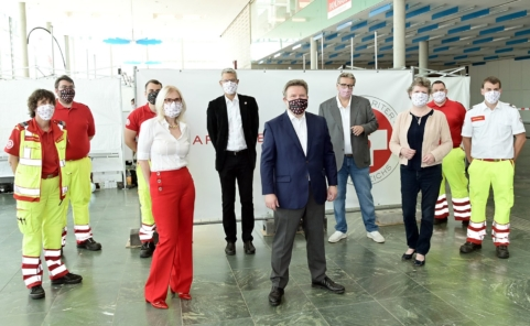 Bürgermeister Michael Ludwig, Gesundheitsstadtrat Peter Hacker und der Arbeiter-Samariterbund (ASBÖ) in der Messe Wien
