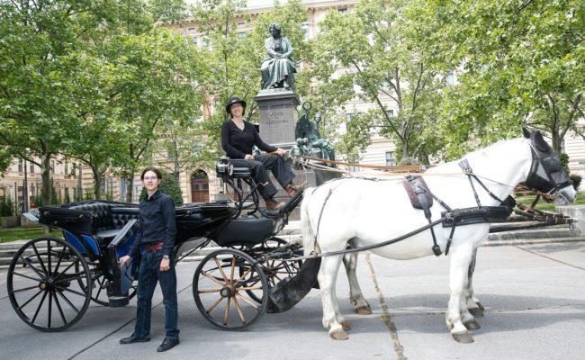 Erste Wiener Kulturkutsche ist ein Kooperationsprojekt von Susita Fink und der Fiakerin Martina Michelfeit-Stockinger
