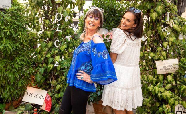 Brigitte Chmelar und Tanja Duhovich werfen sich für in Pose beim Sommerfest von Carmen Knor