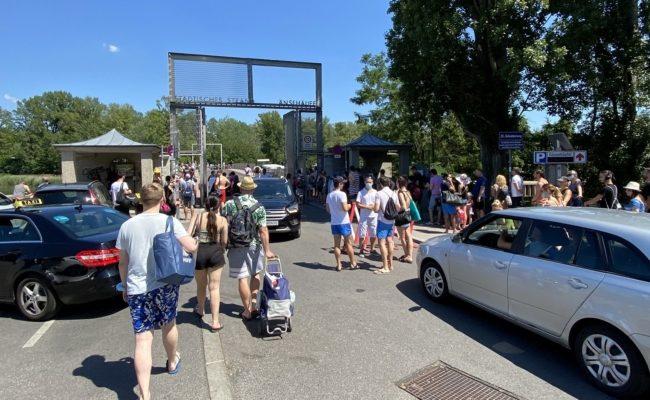 Badegäste mussten im Gänsehäufel zuerst den Checkpoint an der Brücke passieren