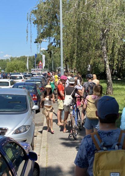 Badegäste warten auf Einlass ins Gänsehäufel am ersten Feriensonntag für Wiens Schulkinder
