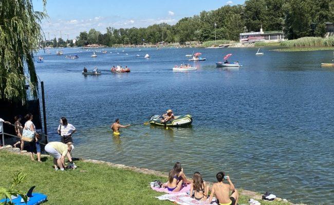 Badegäste in kleinen Booten genossen den herrlichen Sonntag in Wien an der Alten Donau