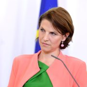 """Karoline Edtstadler (ÖVP) bespricht Details zum geplanten Gesetzespaket gegen """"Hass im Netz"""""""