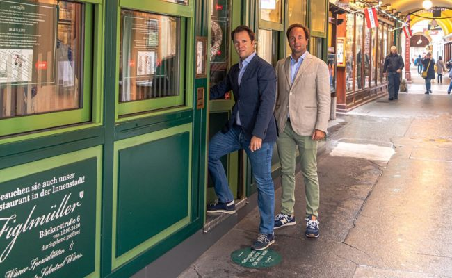 Die Brüder Thomas und Hans Figlmüller vor ihrem Lokal in der Wiener Wollzeile