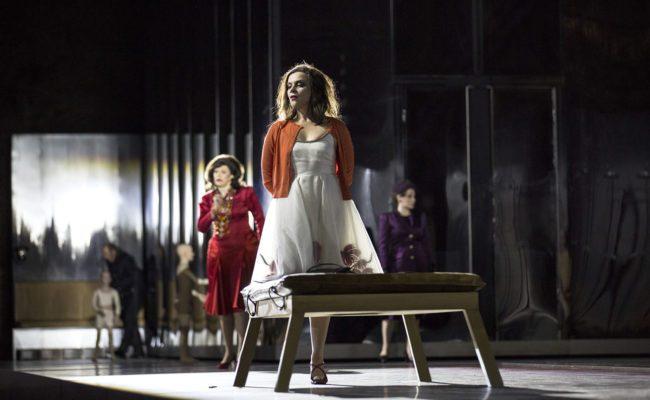 Salzburger Festspiele Elektra Besetzung 2020: Tanja Ariane Baumgartner (Klytämnestra), Ausrine Stundyte (Elektra)