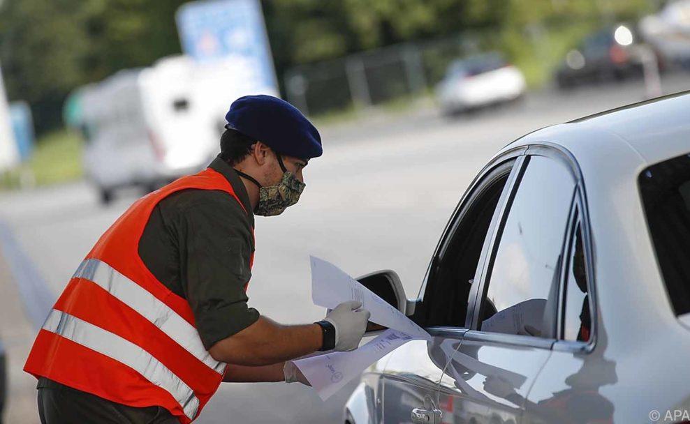 Die Einreise für ausländische Arbeitnehmer wird erleichtert, Durchreisende müssen Formular ausfüllen
