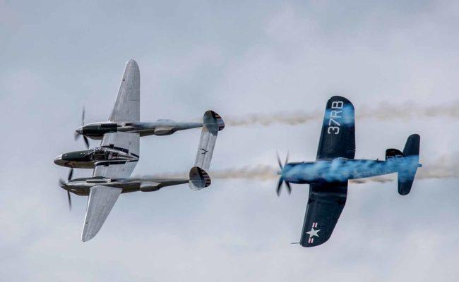 """Lockheed P-38 """"Lightning"""" und Chance Vought F4U-4 """"Corsair"""" in der Luft"""