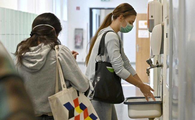 Maskenpflicht und Händewaschen sind Teil der Corona-Regeln an Schulen