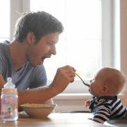 Männer beziehen selten Geld für Kinderbetreuung
