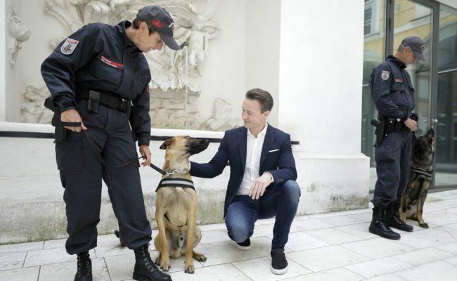 Finanzminister Gernot Blümel begrüßt neue Diensthunde beim Zoll