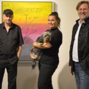 Alf Poier mit Barbara Karlich und Siegfried Kaiblinger bei der Ausstellung