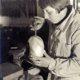 Historisches Foto von Eilfriede Berbalk beim Schmieden