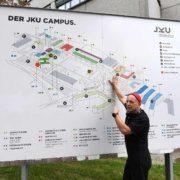Ars Electronica Festivalleiter Martin Honzik zeigt Schauplätze am Gelände der JKU