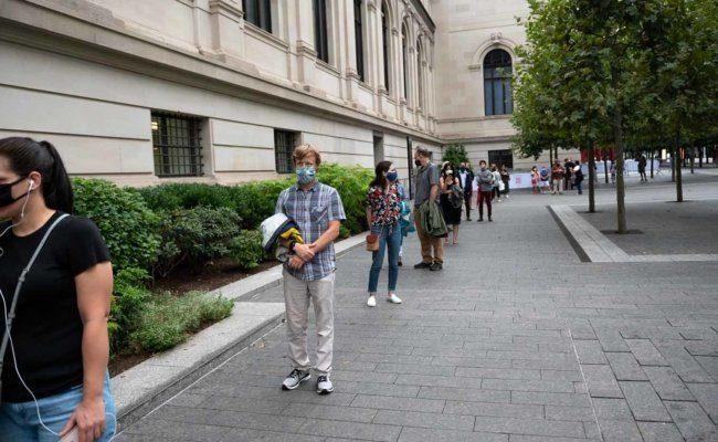 Die ersten Besucher warten vordem Metropolitan Museum of Art in New York City auf Einlass