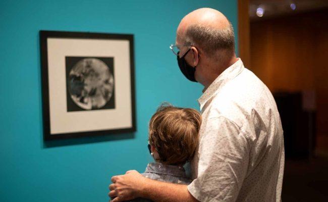 Erste Besucher im Metropolitan Museum of Art in New York City am Öffnungstag