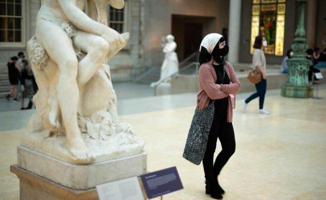 Besucherin im Metropolitan Museum of Art in New York City am Öffnungstag trägt Mund-Nasen-Schutz