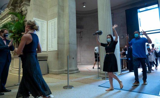 Direktor Max Hollein applaudiert den ersten Besuchern im Metropolitan Museum of Art in New York City am Öffnungstag