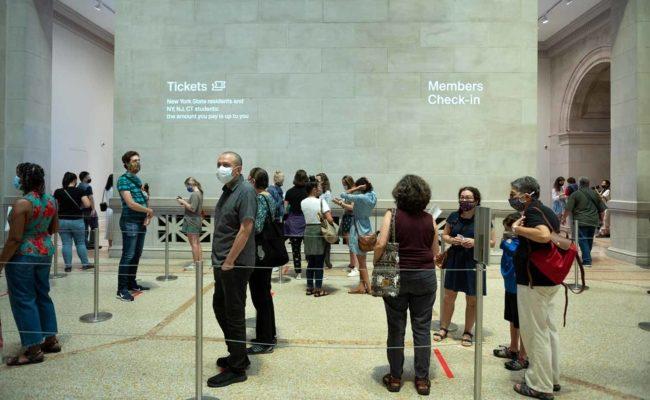 Besucher im Metropolitan Museum of Art stehen Schlange am Eröffnungstag