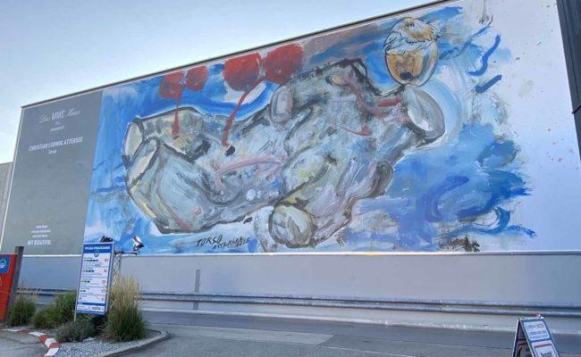 """""""Torso"""" von Attersee an der Außenmauer vom MMC Haus"""