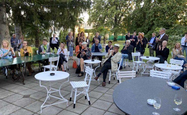 Filmvorführung im Garten der Interspot über Attersees Werk