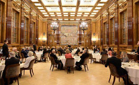 Ingried Brugger hält eine Ansprache vor Gästen im Kunstforum Wien