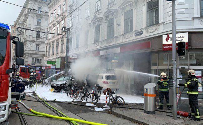 Feuerwehr löscht brennendes Auto nach Unfall in der Taborstraße