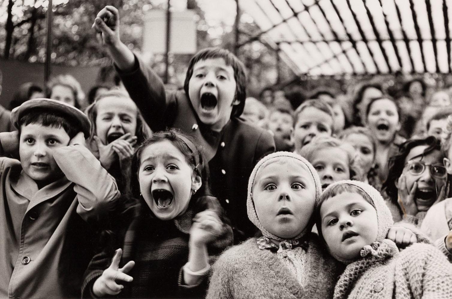 """Alfred Eisenstaedt Fotografie """"Children at a Puppet Theatre"""" von 1963"""