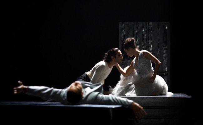 Saul Daniele Ardillo als Don Juan und Philippe Kratz als Leo und Serena Vinzio als Zerlina