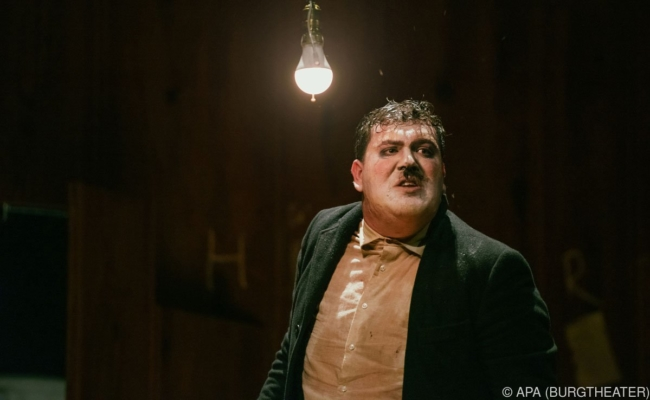 "Marcel Heuperman als Adolf Hitler in ""Mein Kampf"" am Burgtheater"