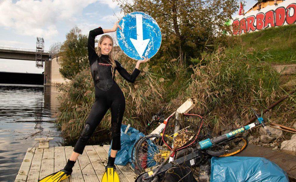 Beatrice Körmer mit einer Menge Müll beim Danube Clean up 2020