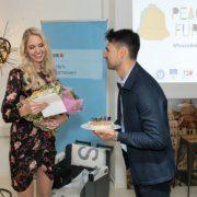 """Emil Diaconu (GF Social City Wien) gratuliert """"PeaceBell""""-Botschafterin Beatrice Körmer zum 25. Geburtstag"""