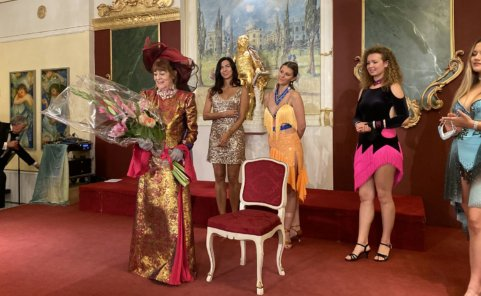 Dina Larot eröffnete im Palais Palffy ihre Ausstellung umringt von Models