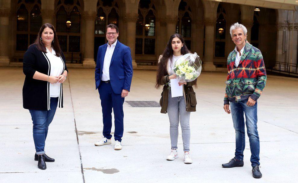 """Gewinnerin des Geschichtenwettbewerbs """"Respekt"""" Hasti Alim und Jury-Mitglied Thomas Brezina"""