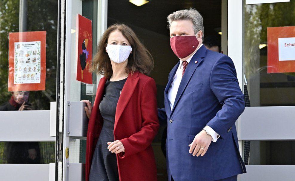 Bürgermeister mit seiner Frau nach der Stimmenabgabe bei der Wien-Wahl