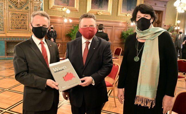 """Ernst Woller, Michael Ludwig und Eva Nowotny mit Buch """"Wien wird Bundesland"""""""