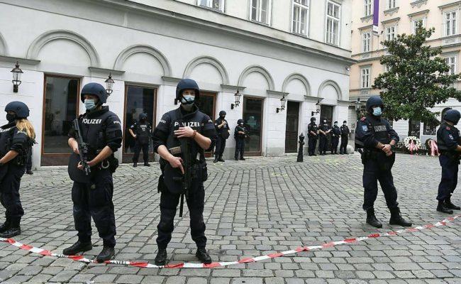 Polizeibeamte am Dienstag, 3. November 2020, im Bereich des Tatortes nahe der Judengasse