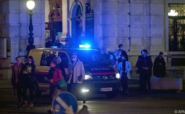 Besucher im Burgtheater wurden gebeten, nach der Vorstellung im Gebäude zu bleiben