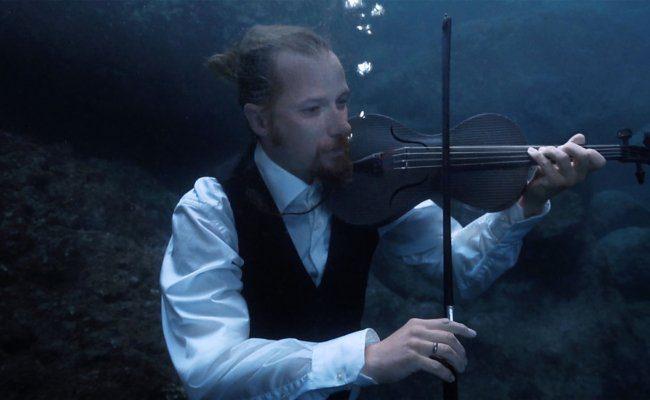 Robert Karlsson spielt auf einer Karbon-Violine im Video The Drowned Requiem