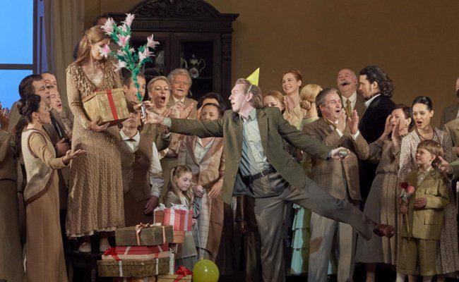 Bogdan Volkov, Nicole Car mit Chor in Eugen Onegin an der Wiener Staatsoper