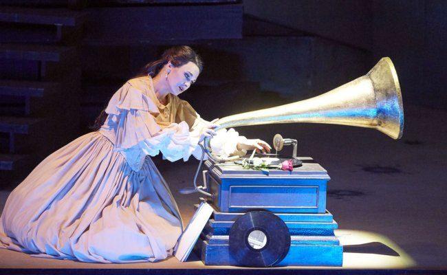 Olga Peretyatko in der Oper Les Contes D'Hoffmann an der Wiener Staatsoper als Streaming