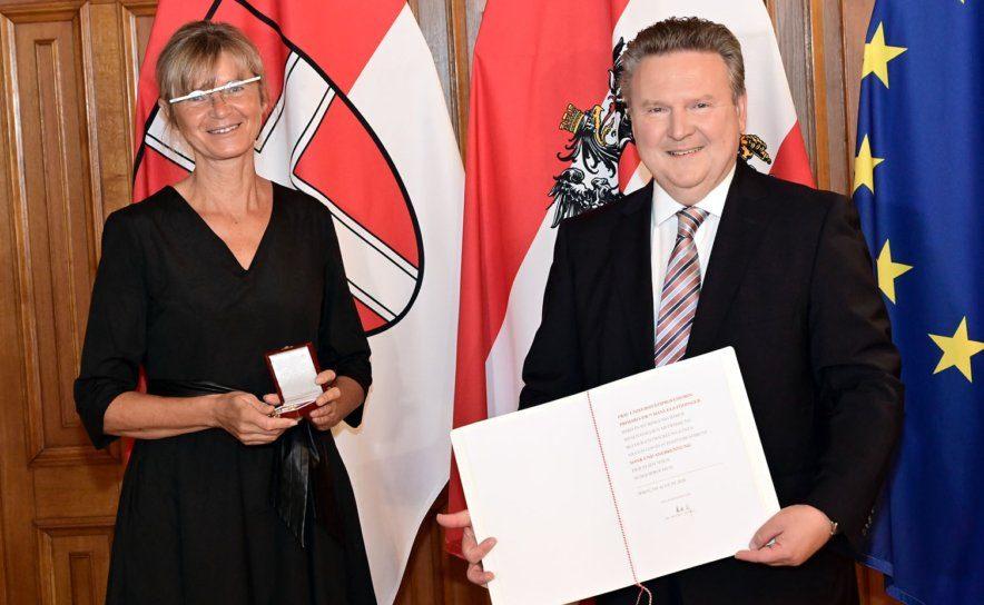 Überreichung Urkunde Dank und Anerkennung an Frau Manuela Födinger