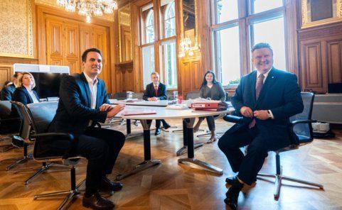 Die Verhandlungsteams von SPÖ und Neos bei einer Sitzung über eine zukünftige Koalition in Wien