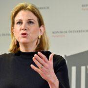NEOS-Chefin Meinl-Reisinger wirft dem Bund Versagen bei der Pflege vor