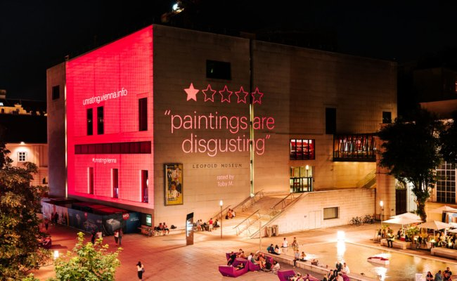 Projektion einer Besucherbewertung auf das Leopold Musuem in Wien