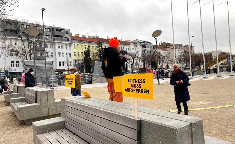 """Bodydays-Inhaber """"Gerdschi"""" Gerhard Laister bei der Demonstration"""