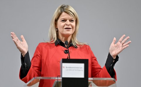 Verteidigungsministerin Klaudia Tanner will mehr Geld fürs Heer