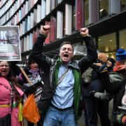 Anhänger des Wikileaks-Gründers Julian Assange feiern Erfolg vor Gericht in London