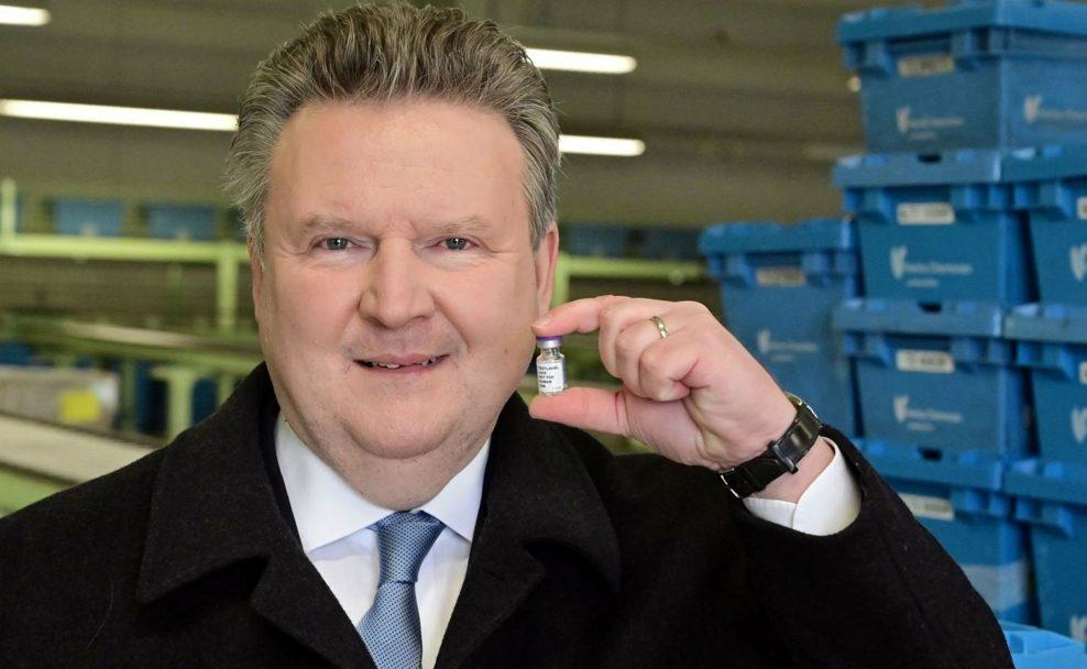 Bürgermeister Ludwig mit Covid 19 Impfstoff